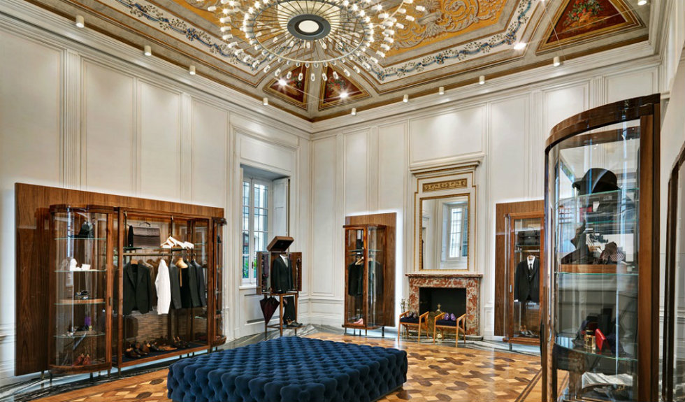 """""""Neoclassicism and Luxury displayed in the new Dolce&Gabbana Milan Store-chandelier"""""""