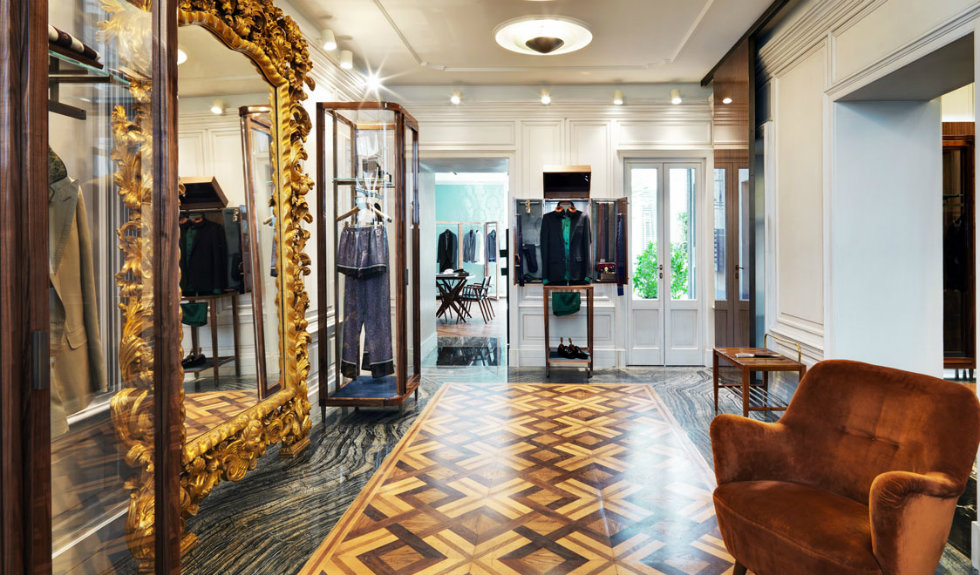 """""""Neoclassicism and Luxury displayed in the new Dolce&Gabbana Milan Store-parquet"""""""