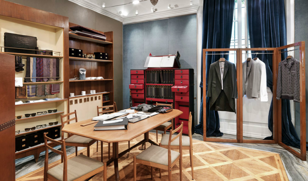 """""""Neoclassicism and Luxury displayed in the new Dolce&Gabbana Milan Store-table"""""""